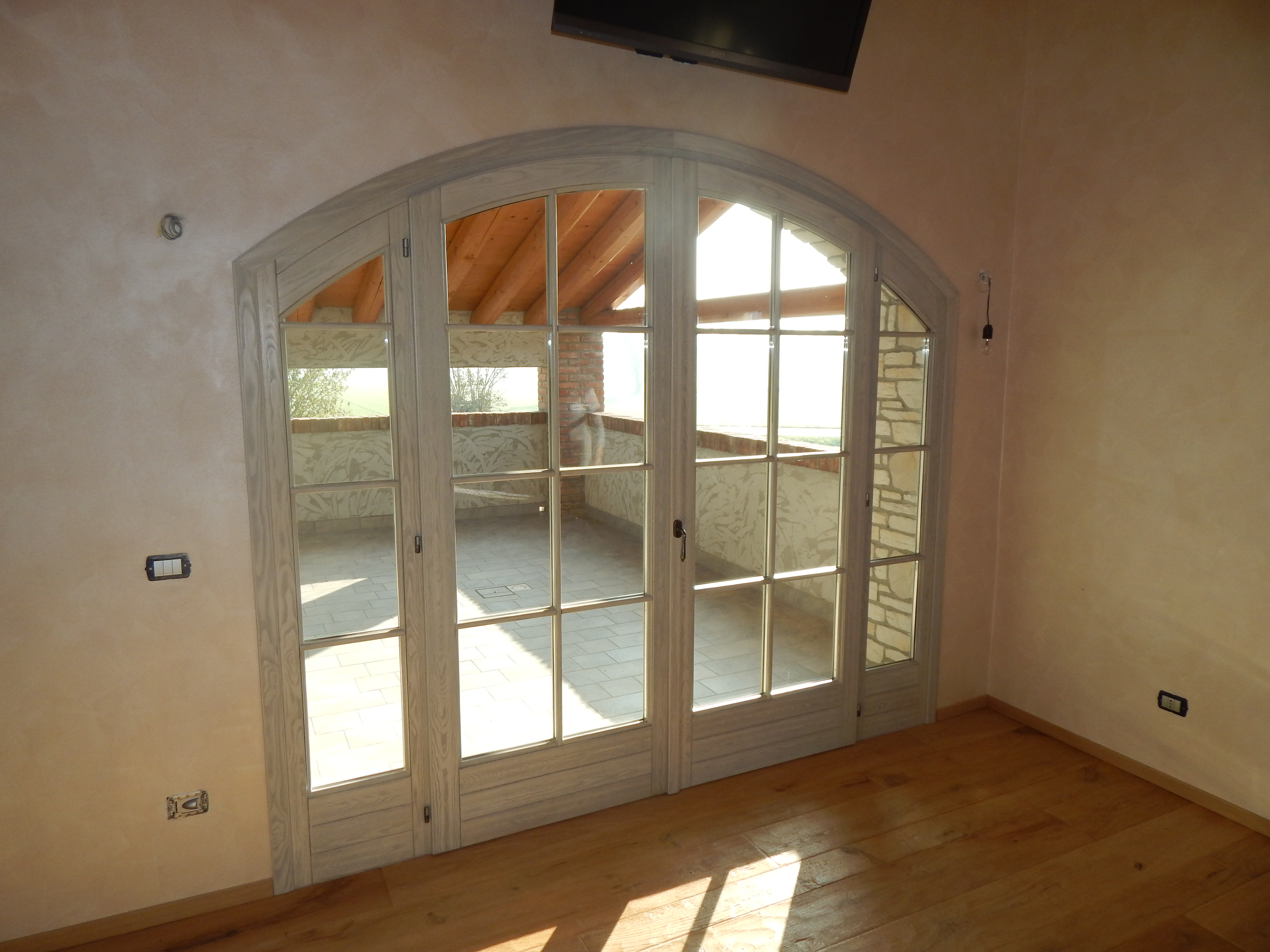 Portafinestra ad arco in larice spazzolato padova - Cambiare finestre ...