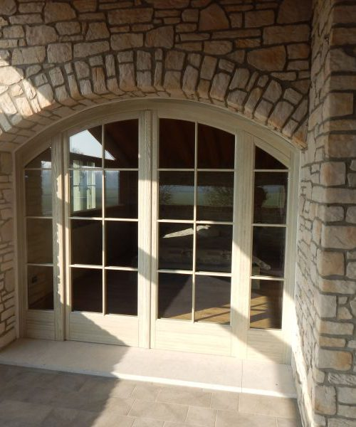 Ad arco in larice spazzolato with finestre tonde for Finestre scorrevoli usate