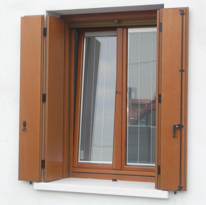 Scuri in legno su misura pan serramenti di pan damiano e diego padova - Scuri per finestre ...