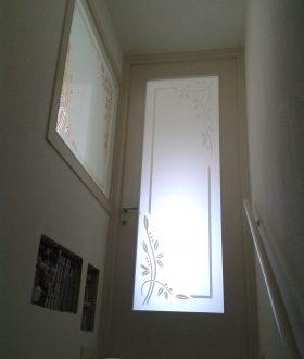Porta laccata con vetro decorato