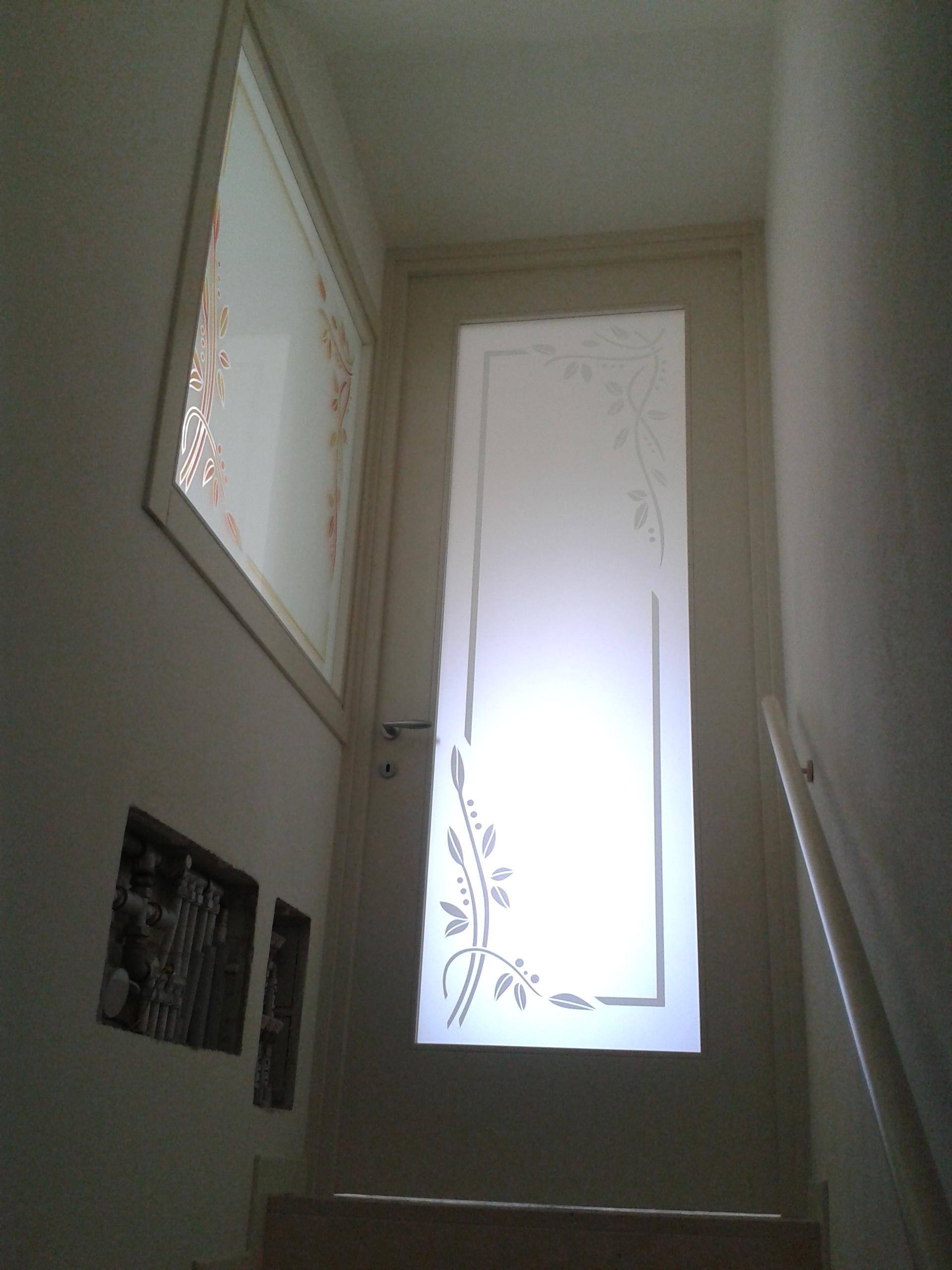 Porta laccata con vetro decorato padova realizzazione - Finestre scorrevoli in vetro ...