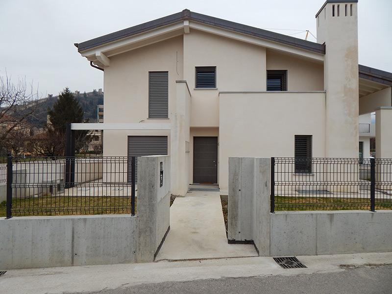 Abitazione con finestre frangisole padova realizzazione porte finestre portoncini d 39 ingresso - Finestre con pannelli solari ...