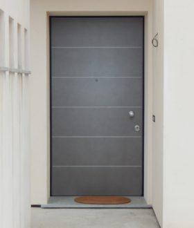Porta blindata con inserti in alluminio satinato