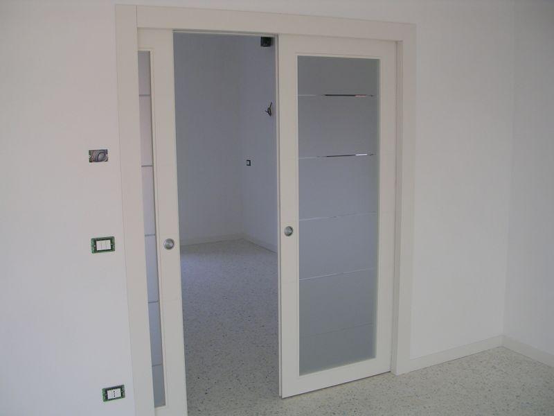 Porta scorrevole a due ante a vetri laccata padova realizzazione porte finestre portoncini d - Porta scorrevole interna ...