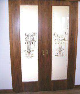 Porta scorrevole vetro e legno con vetro sabbiato decorato