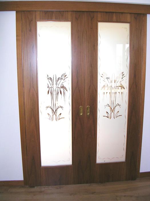 Porta scorrevole vetro e legno con vetro sabbiato decorato - Finestre scorrevoli in vetro ...