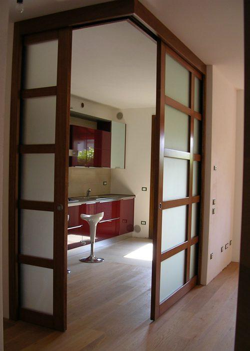 Porte scorrevoli in legno e vetro