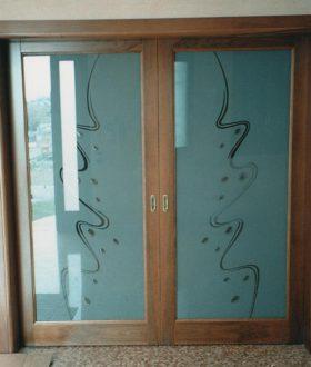 Porta vetro e legno con vetro sabbiato con murrine