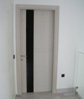 porta con inserto in vetro verniciato