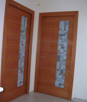Porta scorrevole vetro e legno con inserti in alluminio – Modello K